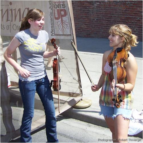 Violin duo takes a break