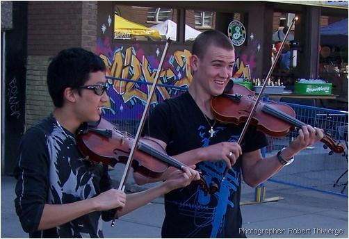 Violin duo busk at Lilac